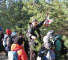 «Тигрята» собирают плоды сосны, помогая Северодонецкому лесоохотничьему хозяйству готовить семенной фонд для восстановления сгоревшего леса в окрестностях Северодонецка
