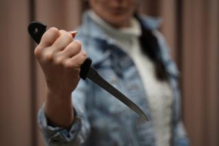 Сєвєродонецький міський суд виніс вирок жінці, яка завдала ножового поранення своєму знайомому