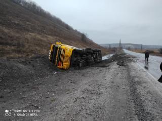 На Луганщині сталося перекидання вантажівки з понад 26 тонами мазуту