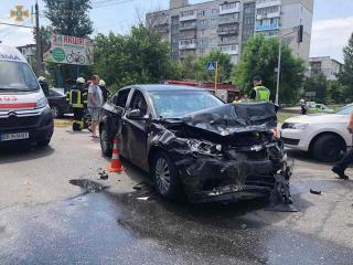 Рятувальники деблокували чоловіка з поневіченої автівки