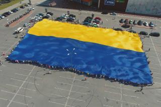 Рекордно большой флаг Украины развернут в Северодонецке