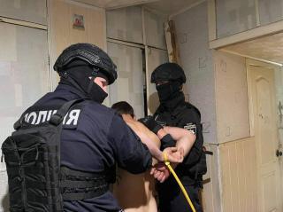 В м. Сєвєродонецьк поліцейські врятували бабусю від онука, який погрожував їй сокирою