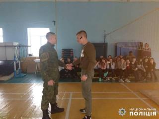 Сєвєродонецькі поліцейські навчають дівчат самообороні