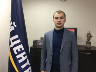 """Руководителю партии """"Единый центр"""" принесли траурный венок"""