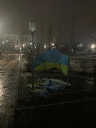 Задержан мужчина, разбивший стелу с гербом и флагом Украины