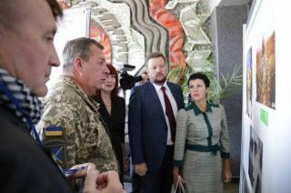 """В Северодонецке открылась фотовыставка """"Наши герои"""""""