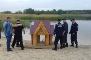 На озере Чистое в Северодонецке появился домик для лебедей