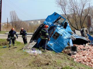 На автошляху вантажівка зіткнулася із маршрутним таксі (відео)