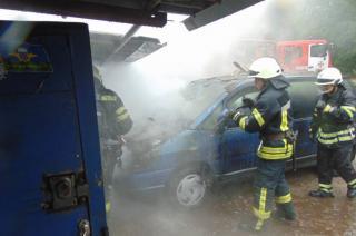 В Северодонецке загорелась иномарка в частном гараже