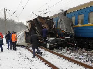 Под Харьковом поезд снес фуру на полном ходу