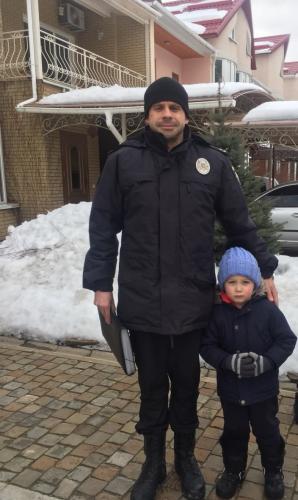В м. Сєвєродонецьку поліцейські розшукали 5-річного хлопчика, якій пішов гуляти з собакою та не повернувся